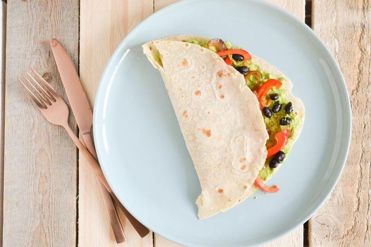 Nog een vegan maaltijd voor op de lijst! Deze lekkere paprika, zwarte bonen & avocado wrap bevat namelijk alleen maar 100% plantaardige ingrediënten.