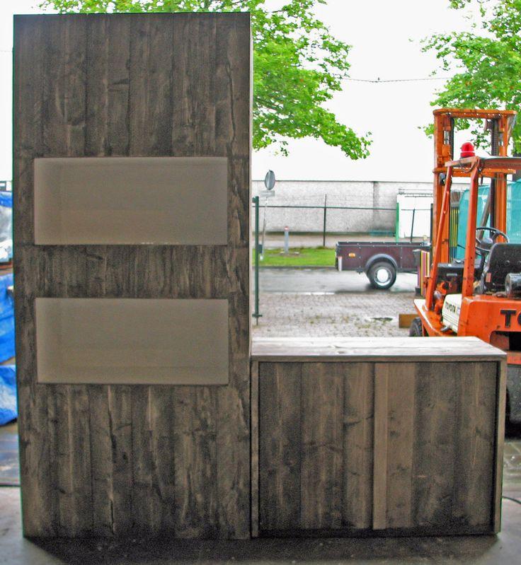 Kastjes van steigerhout voor een pedicure praktijk   Steigerhout van nieuw naar oud. Behandelt met vernisolie (doorschuurtechniek)