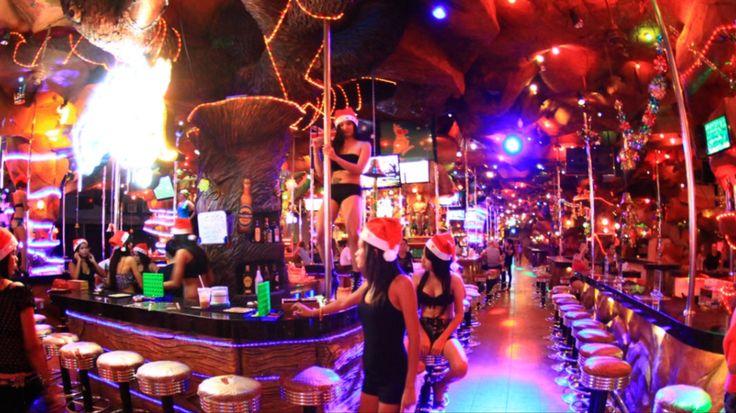 Recta final, llegamos a Phuket, como base de nuestras visitas a la Islas Phi Phi. Lo primero que nos llama la atención es la agitada vida nocturna. Discotecas plagadas de turistas, gente uniformada…