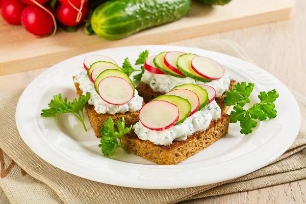 Легкие закуски: 8 простых и вкусных блюд из свежих овощей и зелени