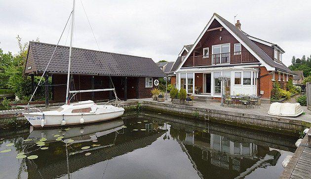 Waterside Retreat - Holiday cottage in #Wroxham #NorfolkBroads - http://www.watersidebreaks.com/description/wroxhamwatersideretreat.htm