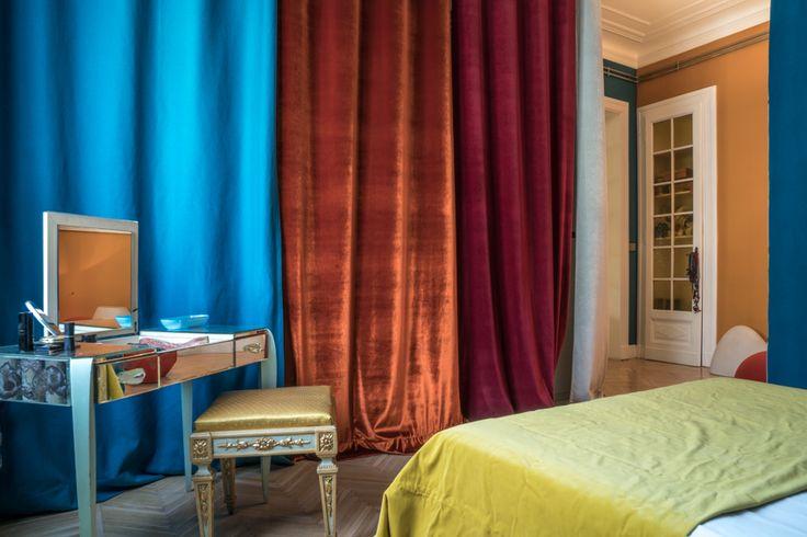 Cortinas de seda y terciopelo de distintos colores brillantes. Tocador de espejo. Bedroom #dormitorio
