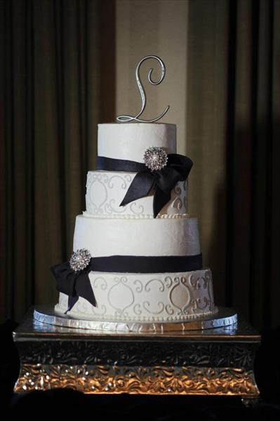 Black and silver wedding cake: Black Silver, Cakes Our Color, Weddings Ev Ideas, Fav Cakes, Cakes Topps, Black Whit, Black And Silver Wedding, Silver Wedding Cakes, Silver Weddings
