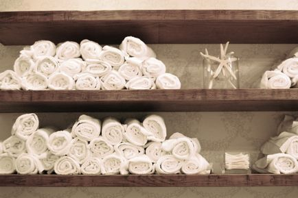 Love how the white towels contrast with the dark wood, and the few shells in the vase add just a touch of beachy-beautiful vibe.