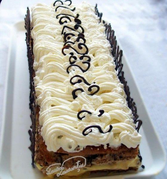 TORT MALAGA (Retetecalamama.ro 2011) Blat de tort cu ukei+blat de bezea - Copt IMPREUNA ! Se taie un doua pe lung. Se intinde un strat subtire de ciocolata topita (ca bariera) Se pune crema in mijloc CREMA de oua, budinca, Gelatina, stafide DECORAT: Frisca si decoratii de ciocolata facute in prealabil