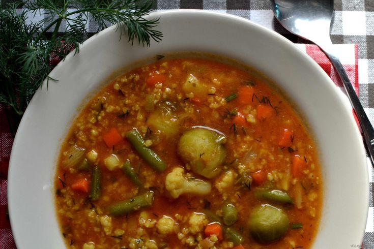 Szybka zupa w 15 minut. Gęsta i pożywna. Na kryzysowy obiad. Wykonanie: Kaszę jaglaną gotuję na sypko według tego przepisu. W międzyczasie w dużym garnku na oleju podsmażam cebulę. Następnie dodaję mrożonkę warzywną i zalewam wodą (około 2,5 litra). Dodaję przyprawy. Wyciskam czosnek i odstawiam go na 10 minut (tutaj sprawdź dlaczego), następnie dodaję go […]