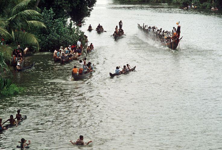https://flic.kr/p/dTwjRA   India - Kerala, festa di Ganesh Chaturthi, Kottayam   Scansione da diapositive; le foto sono state scattate nell'Agosto 1980  Nell'induismo il Ganesh Chaturthi, o Vinayaka Chaturthi, è il giorno della festa. Cade il quarto giorno dopo la luna nuova del mese di Bhadrapada, corrispondente al periodo che va dal 23-24 agosto al 22-23 settembre, lo stesso durante il quale, nell'astrologia occidentale, il sole transita nel segno della vergine. Quell'anno cadeva alla…