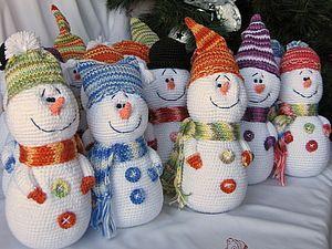 Много уже было МК по снеговичкам, но возможно, кому-то понравится именно такой вариант создания Зимних гостей!) Такие игрушки порадуют и детей, и взрослых, украсят праздничный интерьер и создадут новогоднее настроение. Особенно интересно смотрятся несколько разных снеговичков вместе (на книжной полке, подоконнике или комоде). МК для н%