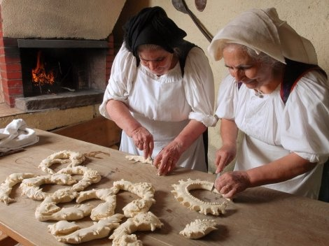 Women making decorative bread rings