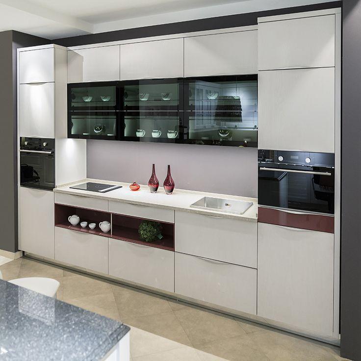 Эта небольшая кухня вмещает в себя не только все необходимые бытовые приборы, пожалуй, за исключением холодильника, но также располагает дизайнерскими полками для оживления интерьера. Великолепные фасады BOA-VISTA серо-песочного цвета с отчетливой древесной структурой прекрасно сочетаются с зеркалом чёрного с зеленоватым отливом стекла #bauformat
