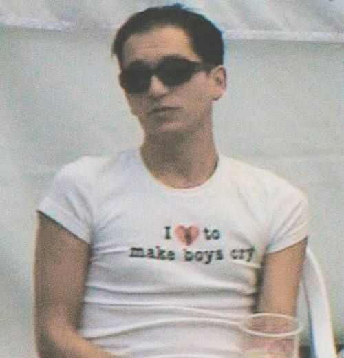 Immagine tramite We Heart It https://weheartit.com/entry/136075533 #alternative #boy #BrianMolko #grunge #indie #pale #Placebo #shirt #sunglasses