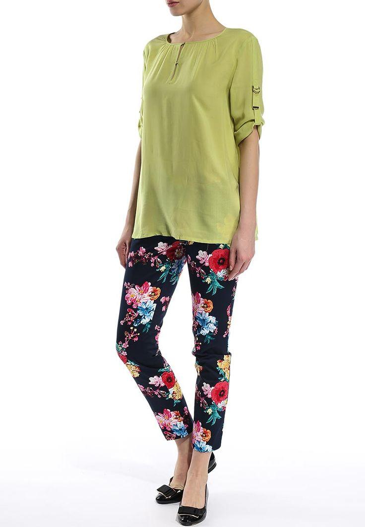 Хлопковые летние брюки от Baon полностью оформлены красивым цветочным принтом. Детали: слегка заужен