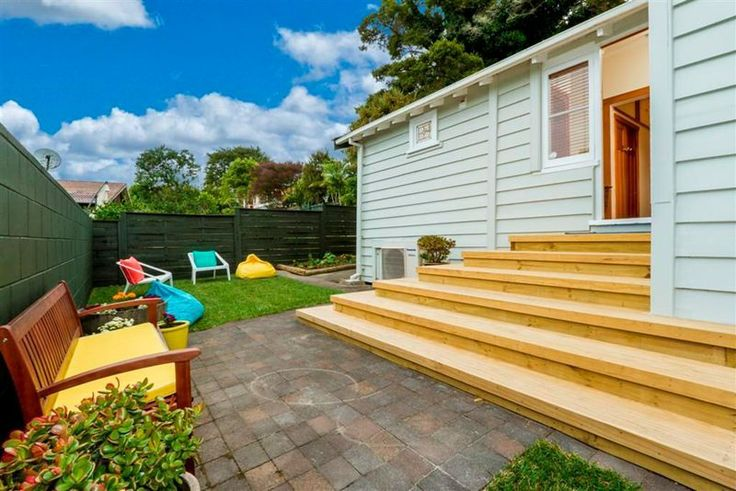 A bright summers garden. Hits of colour thanks to @Freedom New Zealand