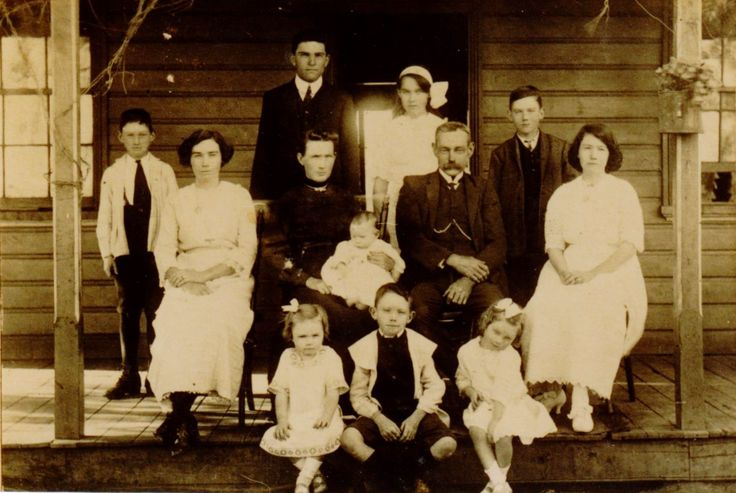 Charles & Isabel Mathews nee Spencer & family 1914. Ivy 22, Leslie 21, Emily 19, Ruby 16, Alf 13, Charlie 11, Tom 0, Maud 4, Edna 2 & Byrel 6 months.