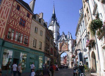 Borgogna, Digione  La cittadina di Auxerre, capoluogo del dipartimento della Yonne, offre certamente uno dei più bei paesaggi urbani della Francia. Tra i suoi monumenti spicca la Chiesa di Saint-Germain d'Auxerre, fondata nel V secolo e parte di un'antica abbazia.