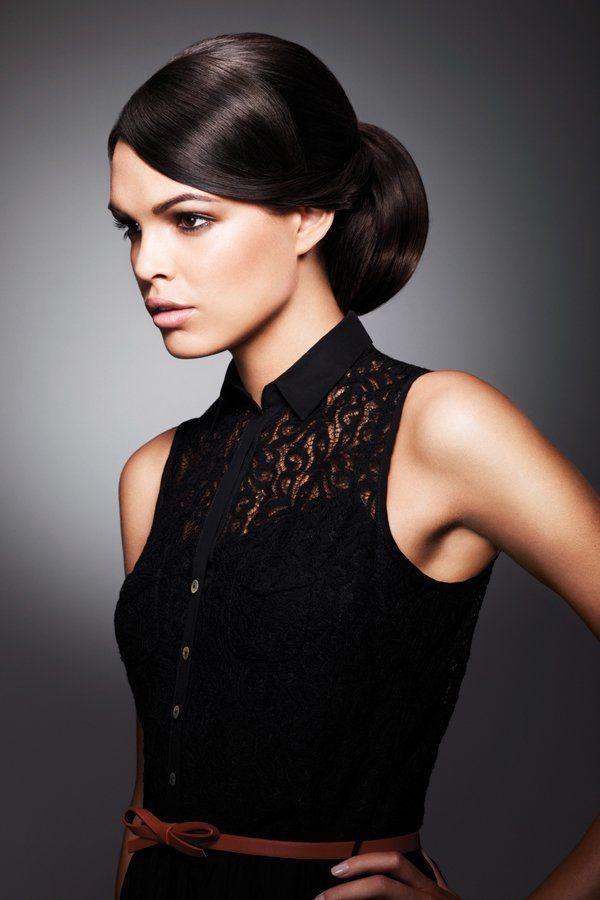 Eleganz pur: Diese Hochsteckfrisur wurde mithilfe des ghd Eclipse Styler Glätteisens gestylt und sorgt garantiert auf jeder Party für neidische Blicke. Und so könnt ihr die Frisur nachmachen:Glättet euch zuerst die Haare, damit der Look perfekt wird. Anschließend einen tiefen Seitenscheitel ziehen und einen Pferdeschwanz binden. Nun könnt ihr mit einem Haarkissen eure geglätteten Haare zu einem eleganten Dutt feststecken. Zum Schluss mit reichlich Haarspray fixieren.