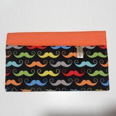 Porte chéquier avec 2 compartiments à cartes, en simili cuir et tissu moutaches, travail soigné.