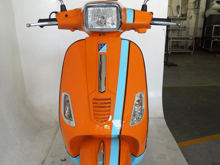 Speedy Vespa, perfect race lines painted by PAZ.