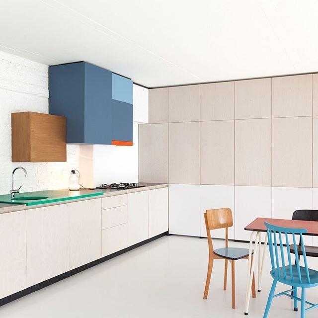 Een keuken om vrolijk van te worden. De Colour Block Kitchen van Dries Otten. #keuken #interieur #kleur #mooi #design #interieurontwerper #belgisch #driesotten #colour #kitchen #elledecorationnl