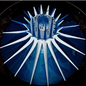 Catedral Metropolitana Nossa Senhora Aparecida - Possui 40 m de altura com 16 arcos de concreto armado circundados por um espelho d'água. A cruz metálica de 12 m de altura no topo foi benzida pelo Papa Paulo VI, doador do altas.