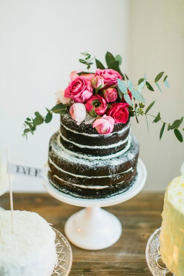 chocolate naked cakes with powdered sugar and roses