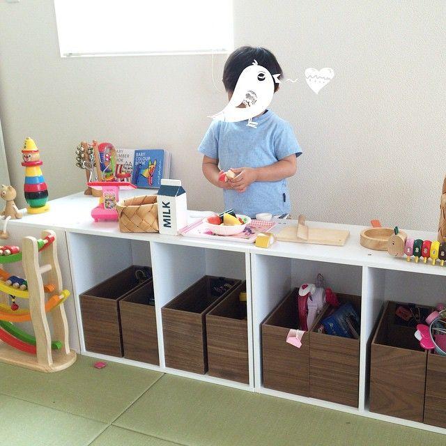 □5/22(金)お店屋さんごっこ。  おもちゃ収納のカラーボックス。 2段を3つ並べて置いているので、配置を変えればあっという間にカウンター風に♡