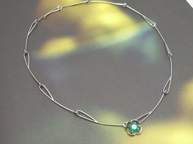 * gemstones and pearls   oogst-sieraden * Collier * Witgouden lotusvorm en schakels met smaragd * Passend bij oorsieraden * Maatwerk *