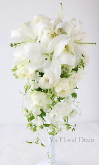総レースのエレガントなドレスに ユリとスイトピーのキャスケードブーケ ys floral deco @ ウェスティンホテル東京