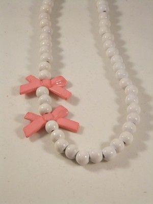8 :Strikjes Kinderketting witte kralen - roze strikjes vervangen door blauwe. Of vervangen door vlindertjes blauw/zilver