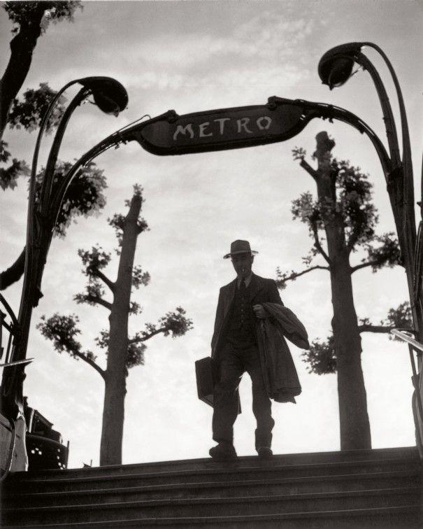 Métro Mirabeau, 6 heures du matin, 1949. (Izis)
