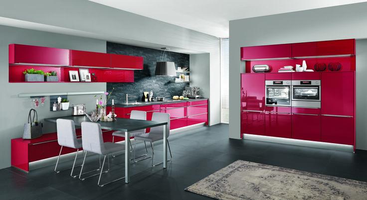 Červená kuchyně ve vysokém lesku