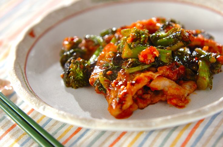 ビタミンが豊富な豚肉と菜の花を使った炒め物です。豆板醤の量はお好みで加減して下さいね。豚肉と菜の花のピリ辛炒め[中華/炒めもの]2012.03.13公開のレシピです。