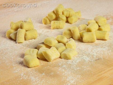 Gnocchi di patate | Cookaround  Video ricetta della preparazione dei tradizionali gnocchi di patate, base di molte ricette con sughi e condimenti vari