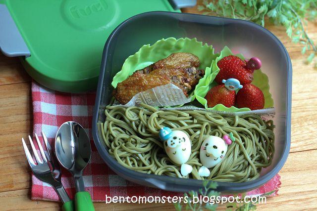 Trudeau salaattirasia on mainio myös bento-boksina!  Kylmävaraajan ansiosta eväät pysyvät viileinä 4 tuntia! Salaatinkastike kulkee kätevästi mukana integroidussa kastikepurkissa.  Tutustu rasioihin: http://bit.ly/1rncxO2