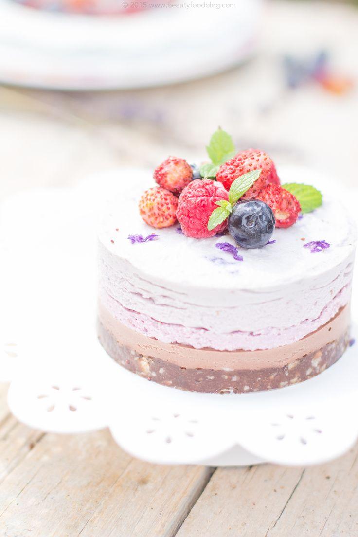 Dessert Raw vegan e senza glutine. Fresco, primaverile e delicato. Il bello del cibo sano prende le sembianze di una cheesecake dallo stile shabby chic! Senza zuccheri raffinati, questa torta è perfetta per ogni occasione, anche la più raffinata. Facile da preparare, si conserva in frigorifero e non vi serve altro che un frullatore. Cucinare non è mai stato così sano e così facile.