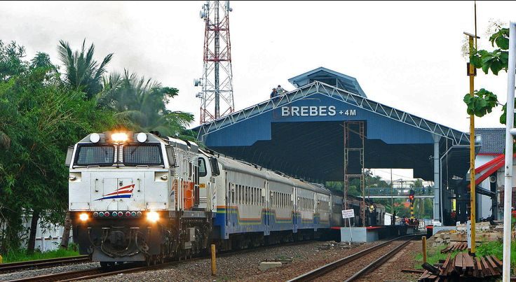 Overkapping (atap peron) baru Stasiun Brebes, Jawa Tengah.