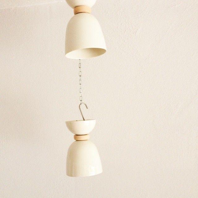Lámparas de techo, realizadas en porcelana y maderas recicladas. AROBE CERÁMICA.