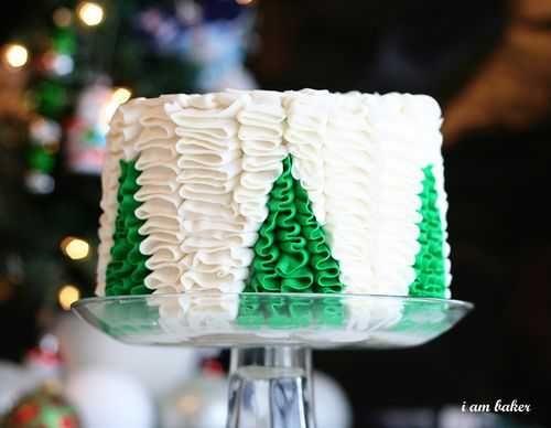 Sweet Ruffle Christmas Tree Cake with a FABULOUS Surprise Inside! #cake #christmas #surpriseinside