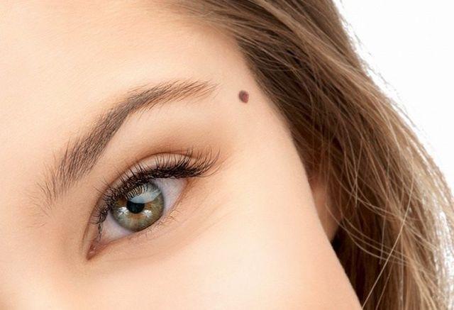 Οι ελιές στο πρόσωπο και το σώμα, πάντα προσέλκυαν την προσοχή και μπορούν να αποκαλύψουν ενδιαφέροντα πράγματα για το άτομο. Είτε το πιστεύετε είτε όχι, αλλά τα σημάδια εκ γενετής και οι ελιές μπορού