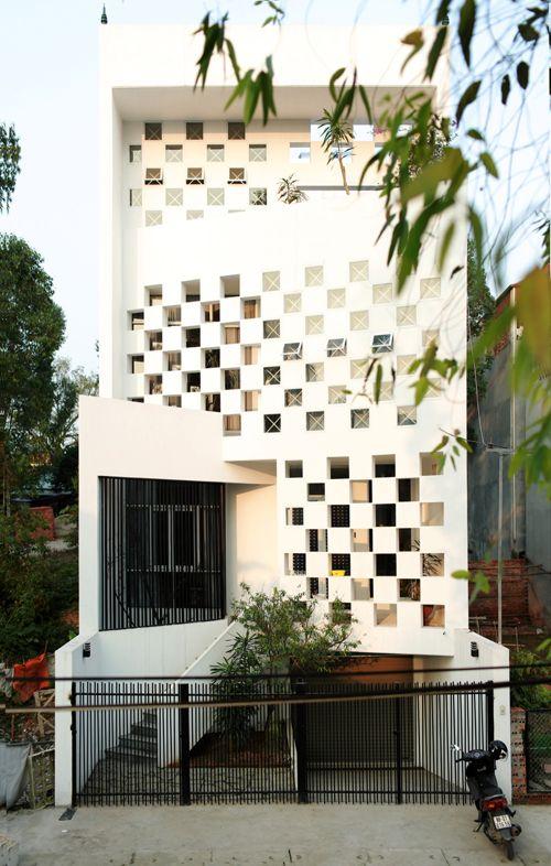 Ngôi nhà nằm trong khu đô thị mới của Vĩnh Phúc có thiết kế mặt tiền khác lạ với các ô đặc rỗng xen kẽ. Bởi vậy, công trình có mặt bằng 110 m2 được đặt tên là Caro House. Gia chủ có 3 thế hệ gồm bà, hai bố mẹ, các con.