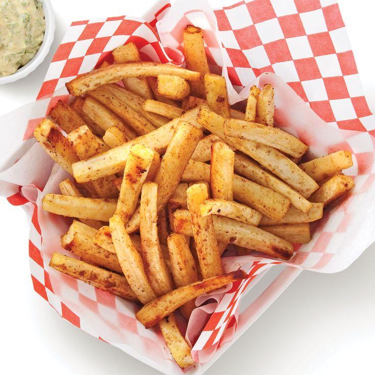 Exit la «patate» frite, vive le panais! Tout comme la pomme de terre, ce légumeracine à la chair fruitée se laisse facilement apprêter en version frites au four. La mayo épicée qui l'accompagne rehausse son bon goût de noisette. Pour un repas sur le pouce aussi original que vitaminé!