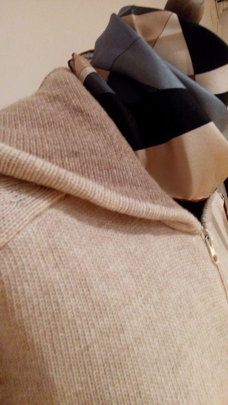 """En La Miringa tenemos el """"hoodie"""" de esta temporada, en cachemire de doble hilo y con capucha bicolor."""