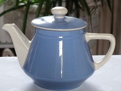 Cette cafetière , qui peut aussi être utilisée comme théière , mesure 16 cm de haut et 23,5 cm de large . Elle est en faïence bleue et blanche de Villeroy & Boch . Elle est en excellent état . 24 euros