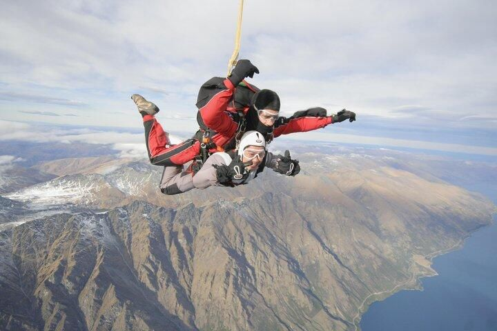 """Firdaus Zakaria @Diane Austin  ·  Mar 5 #BPnz 1 of the best memory in NZ. i did skydiving! totally awesome experience!  pic.twitter.com/fqk8gqYpkv""""I want to do this one day!"""