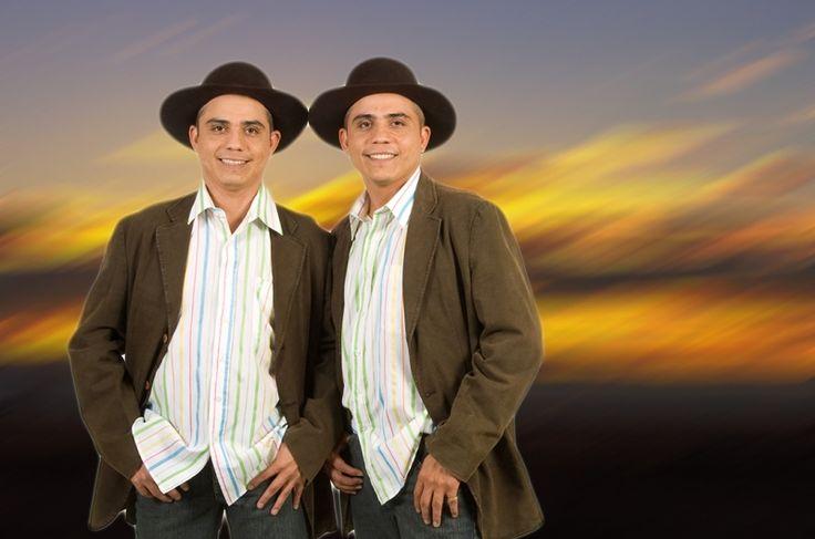Los Morochos Figueroa. Cantantes venezolanos, de Guayabal, estado Guárico.