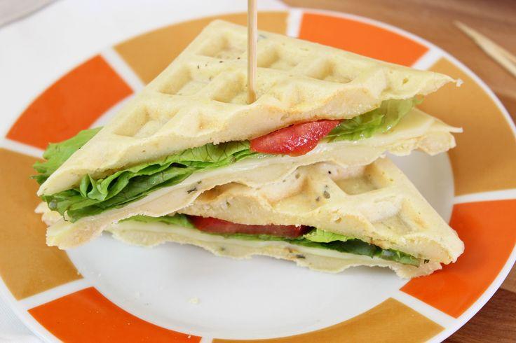 I waffle salati sono una ricetta vegetariana molto semplice e gustosa da preparare, a base di uova, farina, latte e erba cipollina.Vediamo insieme