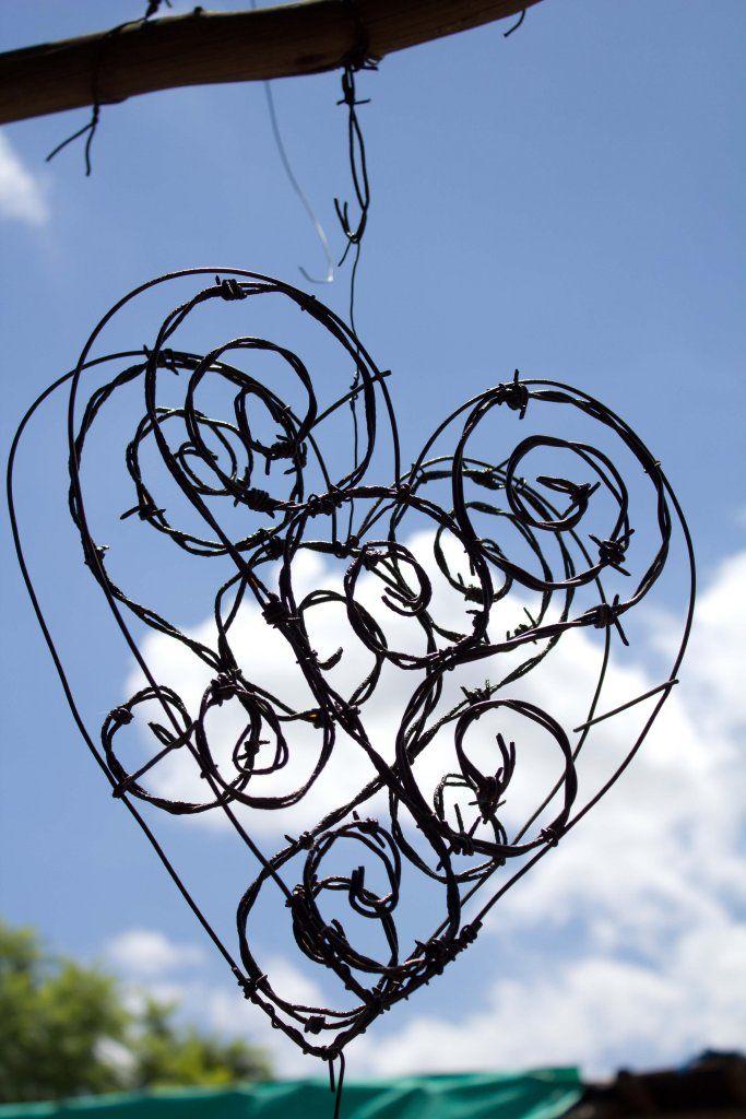 Easy to make wire sculpture.. Great gift for for her. Een hart van prikkeldraad...