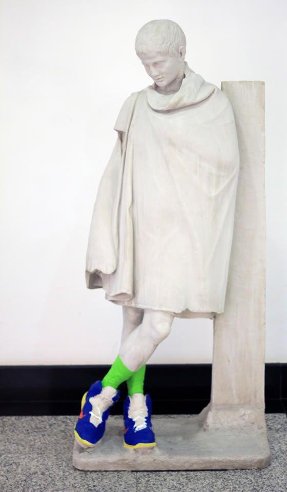 EKAV, yeni yılın ilk sergisine çağdaş sanatın önemli temsilcilerinden Genco Gülan'ın 'İsimsiz, 2014' adlı sergisiyle ev sahipliği yapıyor. Öyle bir sergi ki bu galerinin kapısından girdiğiniz andan itibaren sizi etkisi altına