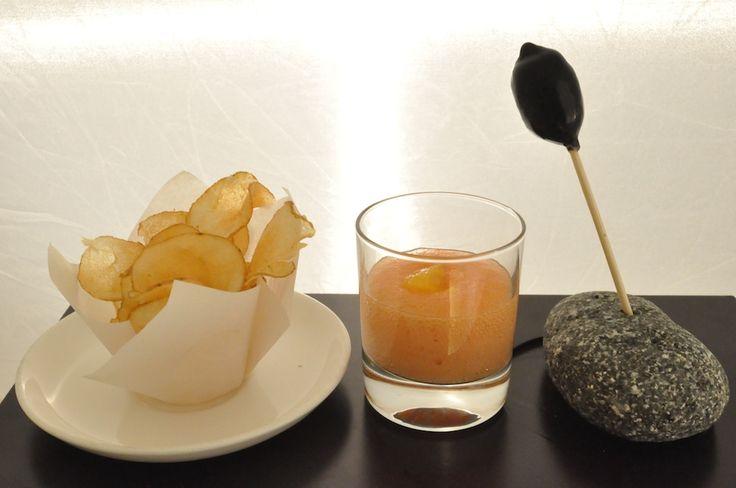Oliva gigante, farcita di pesce, chips di patate