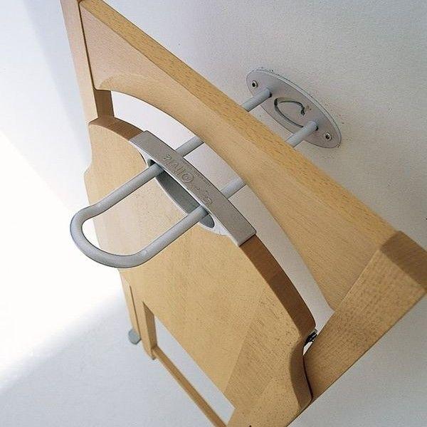 Gancio per sedie pieghevoli Connubia Calligaris Hook - Realizzato in acciaio satinato da agganciare al muro. E' utilissimo per appendere fino a quattro sedie pieghevoli modello Connubia Calligaris Olivia. Renditi la vita più comoda grazie all'uncino per sedie pieghevoli Connubia Calligaris Hook arredamento per la casa. E' la soluzione perfetta per chi vuole riporre le sedie pieghevoli in modo ordinato o per organizzare al meglio lo spazio nel ripostiglio o in cantina.